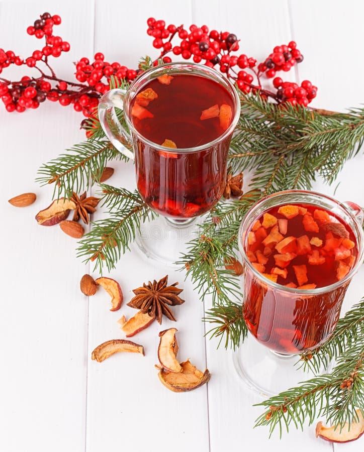 Hete de winterdranken De rode naalden van de theespar stock foto