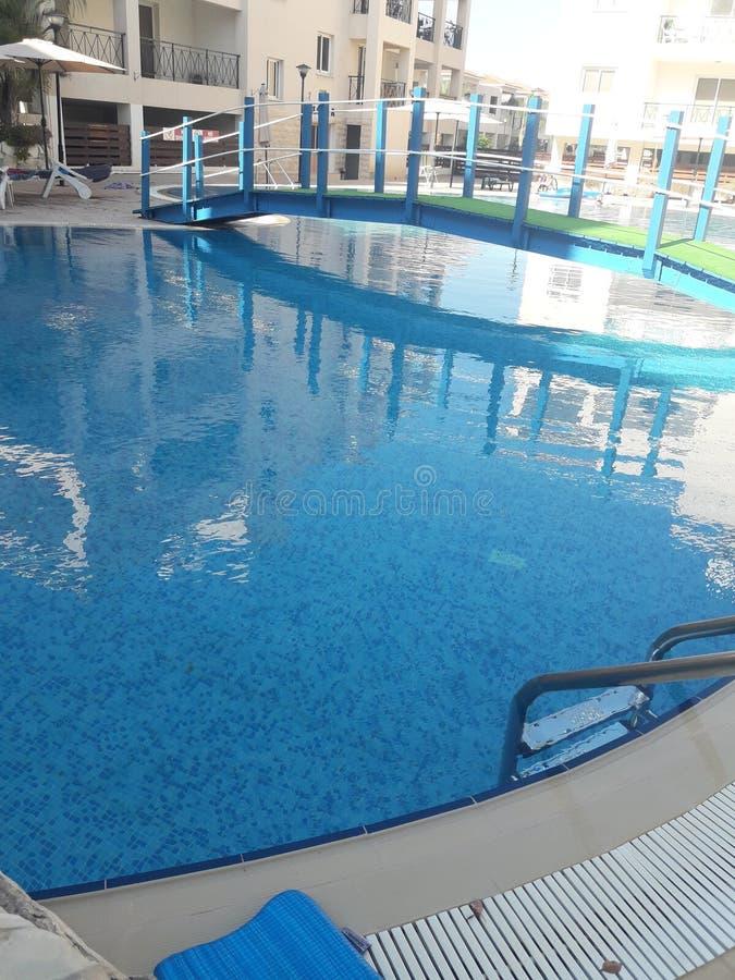 Hete de zomer mooie tijd in het zwembad royalty-vrije stock afbeelding
