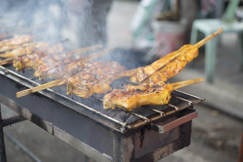 Hete die het Roosteren kippen met bamboe worden gestopt de gerookte barbecue van de grillkip, Thais lokaal voedsel, traditioneel  royalty-vrije stock foto's
