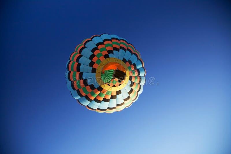 Hete die Luchtballon direct hieronder wordt gezien van stock fotografie