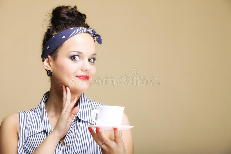 Hete drank. Retro thee van de vrouwenholding of koffiekop royalty-vrije stock foto's