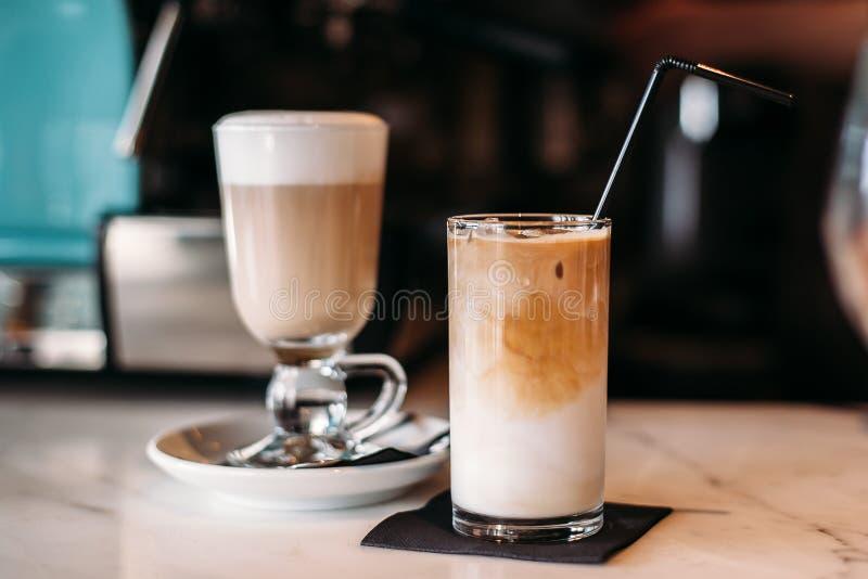 Hete en bevroren koffie latte in restaurant en koffie stock foto