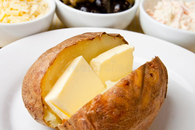 Hete en knapperige aardappel in de schil stock foto