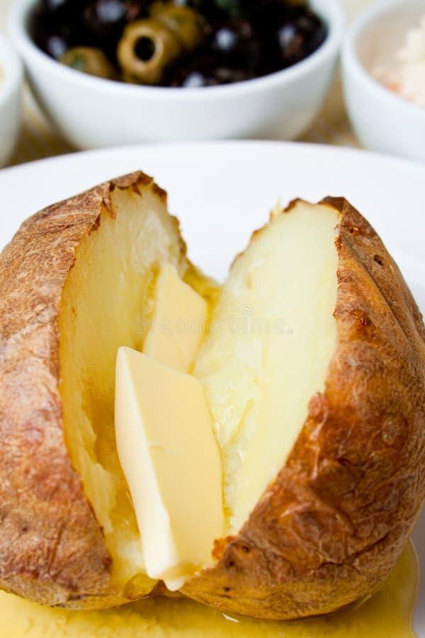Hete en knapperige aardappel in de schil stock foto's