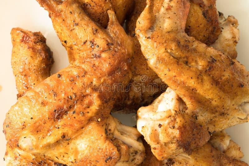 hete en knapperige gebraden kippenbenen die op witte achtergrond worden geïsoleerd stock afbeelding