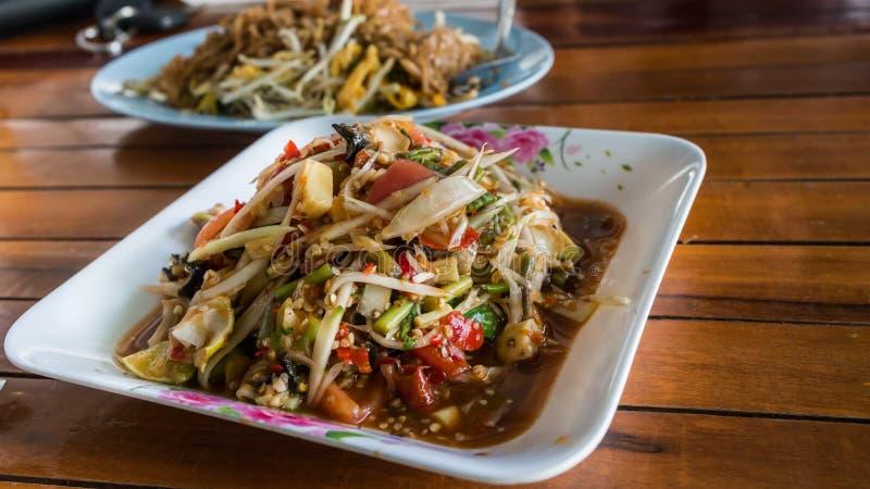 Hete en kruidige papajasalade, Thaise stijl stock afbeeldingen