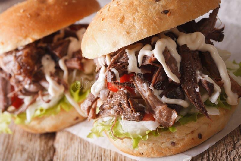 Hete Getrokken varkensvleessandwich met koolslaclose-up horizontaal royalty-vrije stock afbeeldingen
