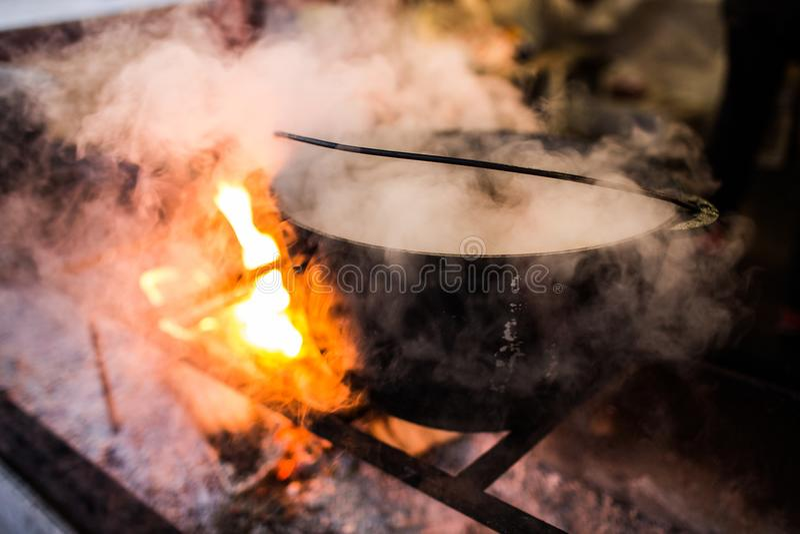 Hete gluhwein of overwogen wijn in een ketel bij eerlijke, lokale traktatie, warm en kruidig Een hete gezonde traditionele citrus stock foto