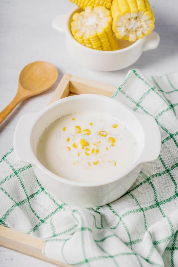 Hete graansoep in een witte kom stock afbeeldingen