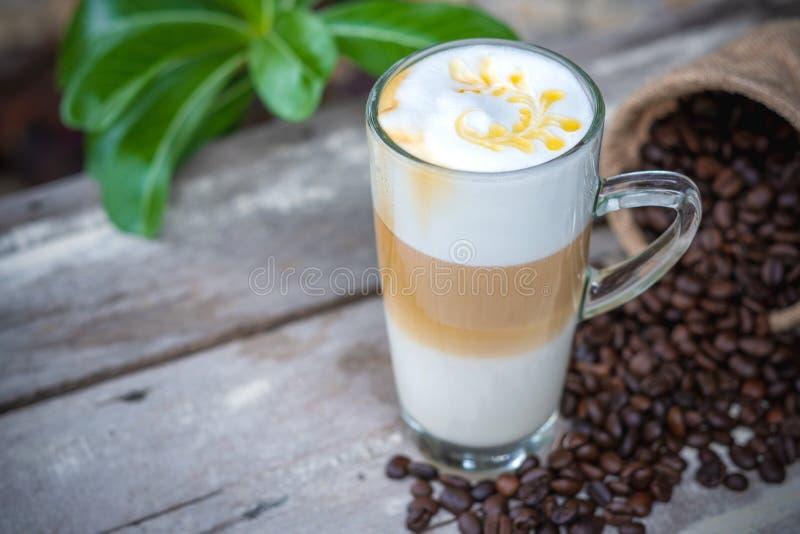 Hete karamelkoffie in glas met koffiebonen royalty-vrije stock foto