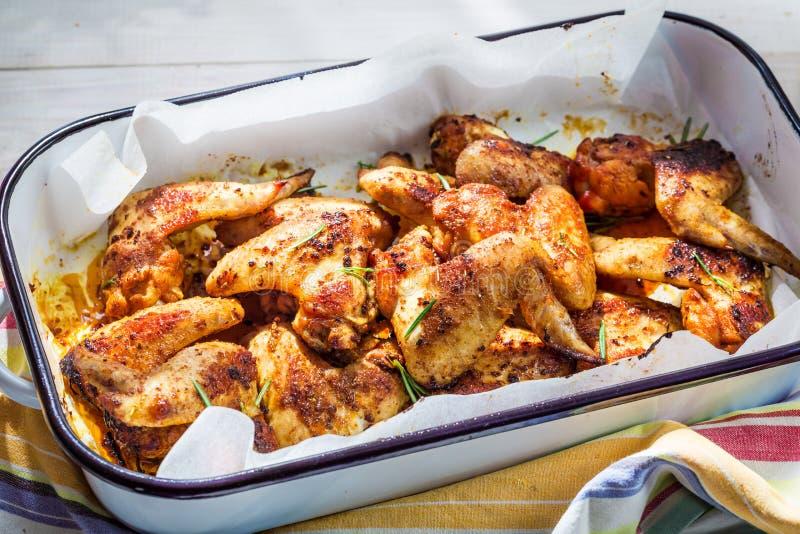 Hete kippenvleugels met barbecuesaus stock foto