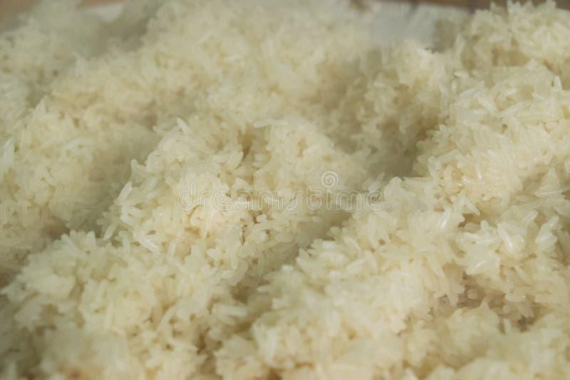 Hete kleverige rijst in een container op lijst, in colse omhoog stock afbeelding