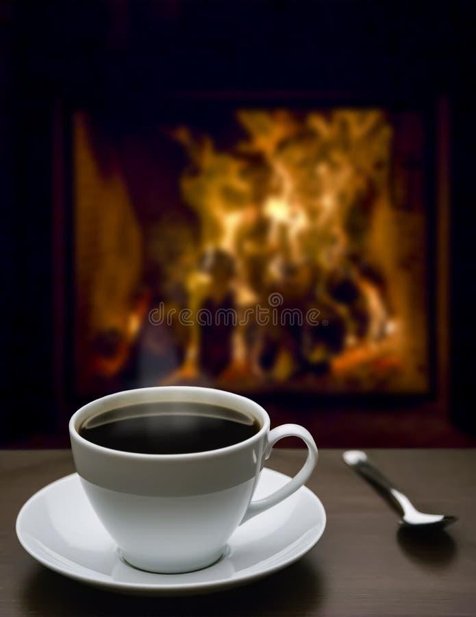 Hete koffie en de open haard royalty-vrije stock foto