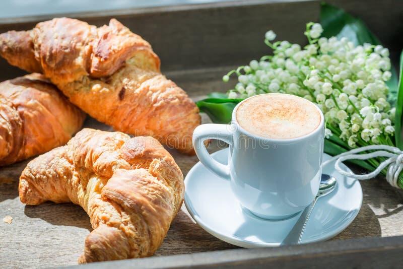 Hete koffie en heerlijk croissant voor ontbijt stock foto's