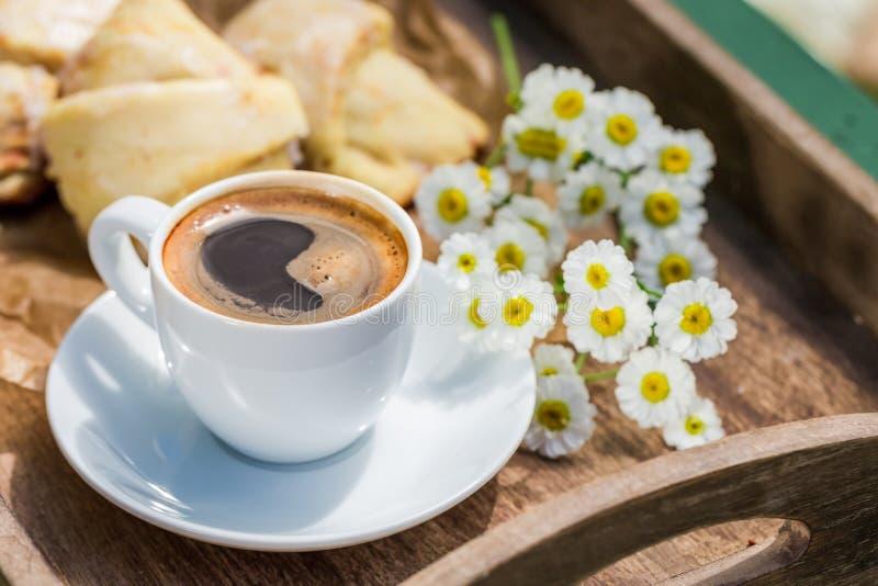 Hete koffie en heerlijk croissant voor ontbijt in tuin royalty-vrije stock fotografie