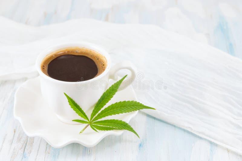 Hete koffie en marihuanabladeren stock afbeelding
