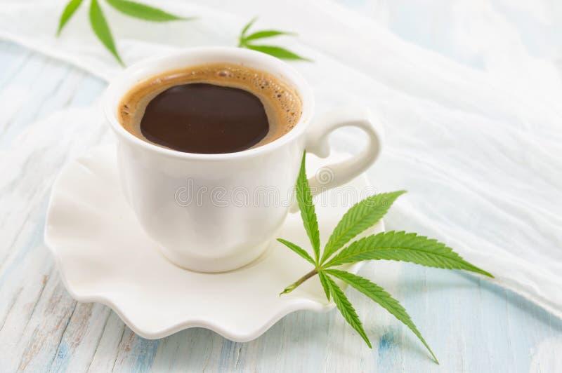 Hete koffie en marihuanabladeren royalty-vrije stock fotografie