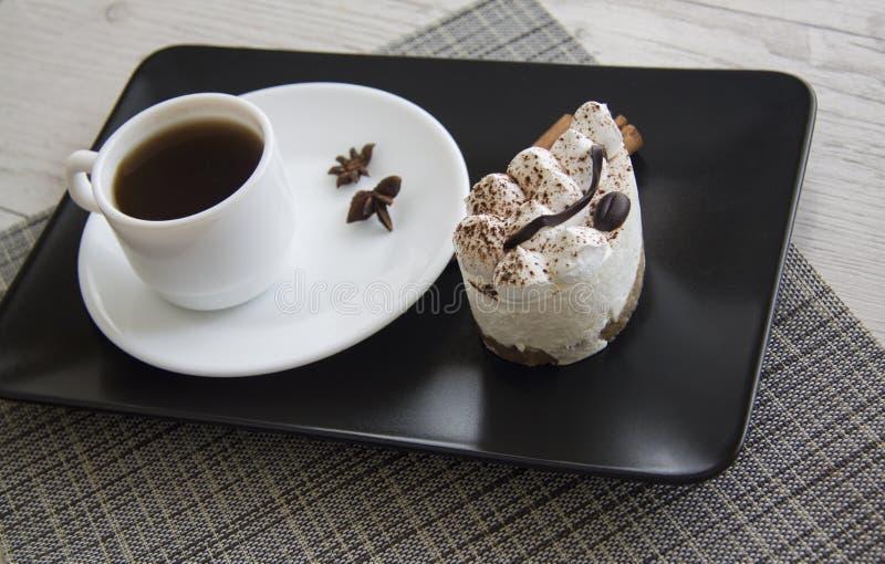 Hete koffie en tiramisu stock afbeeldingen