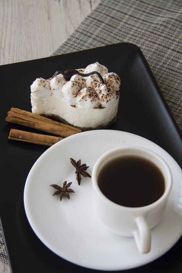 Hete koffie en tiramisu stock afbeelding