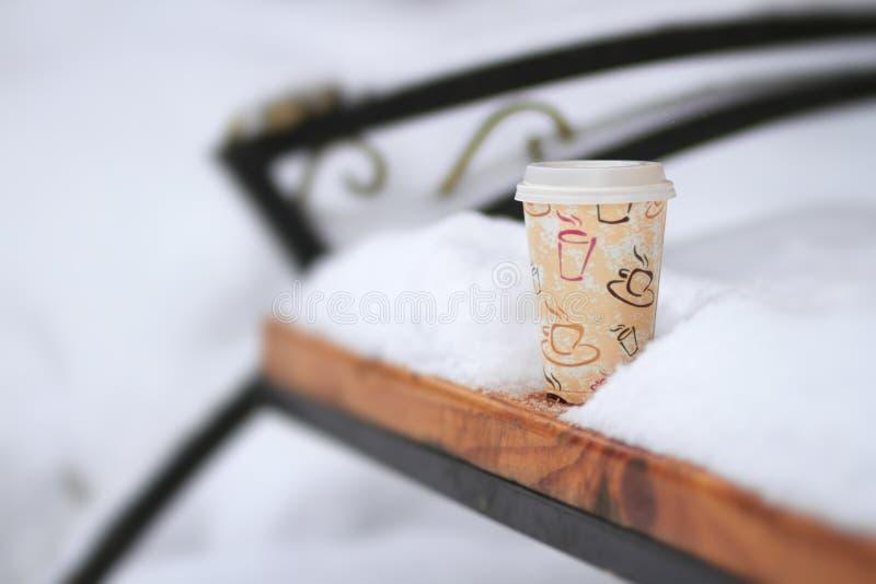 Hete koffie in koude de winterdag in openlucht royalty-vrije stock afbeelding