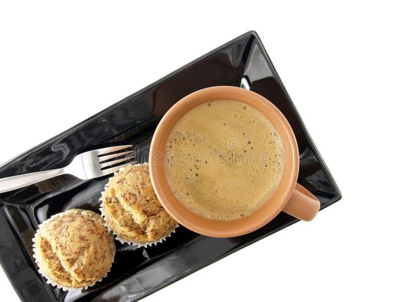Hete koffie met cupcakes op zwarte schotel stock foto's