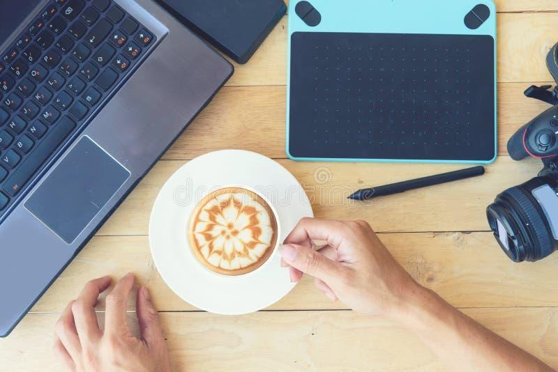 Hete koffie met grafische computer en cameraapparaat stock foto's