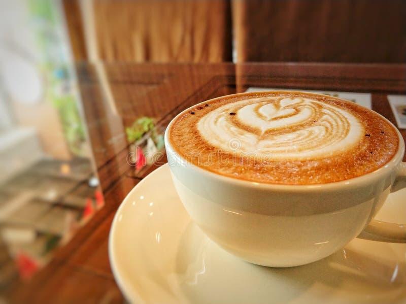 Hete koffie op glaslijst royalty-vrije stock afbeelding