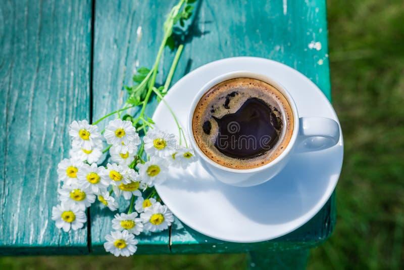 Hete koffie in tuin voor ontbijt royalty-vrije stock foto