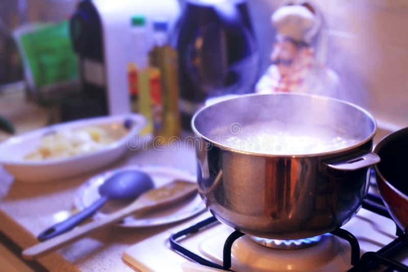 Hete kokende pot die op het fornuis in een comfortabel huis zoals milieu koken royalty-vrije stock foto's