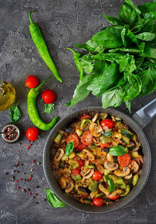 Hete kruidige hutspotaubergine, paprika, tomaat, courgette en paddestoelen stock afbeeldingen