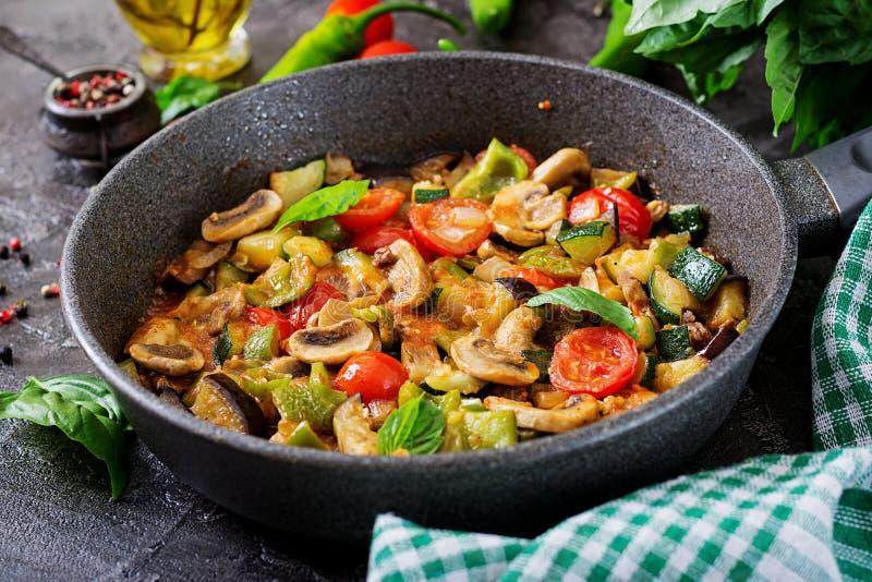 Hete kruidige hutspotaubergine, paprika, tomaat, courgette en paddestoelen stock foto's