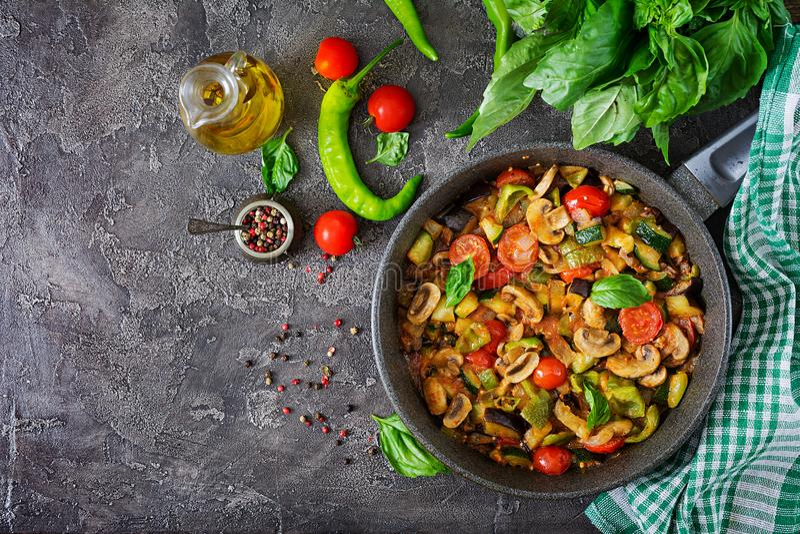Hete kruidige hutspotaubergine, paprika, tomaat, courgette en paddestoelen stock afbeelding