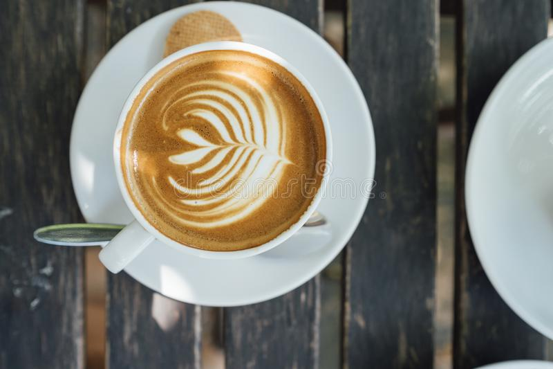 Hete latte in de witte mok royalty-vrije stock fotografie