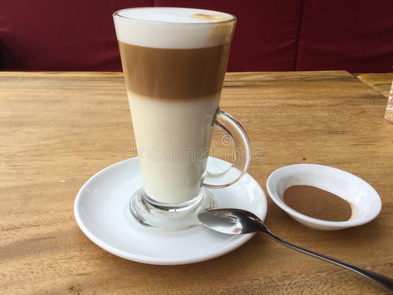 Hete latte Drie Laag Koffie royalty-vrije stock fotografie