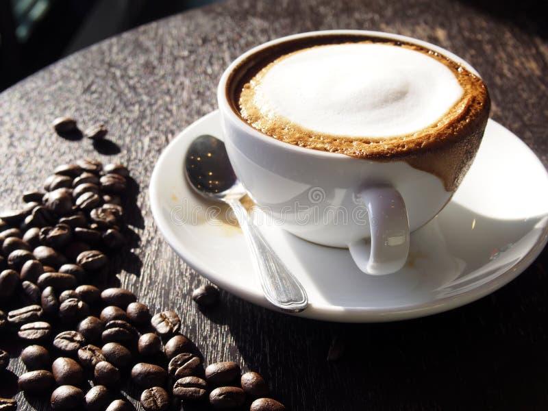 Hete latte met schuimmelk stock foto's