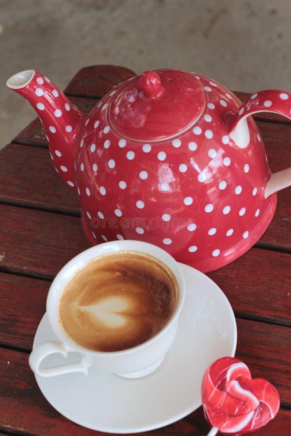 Hete lattekoffie in glas en suikergoed zoet valentijnskaartenhart stock fotografie