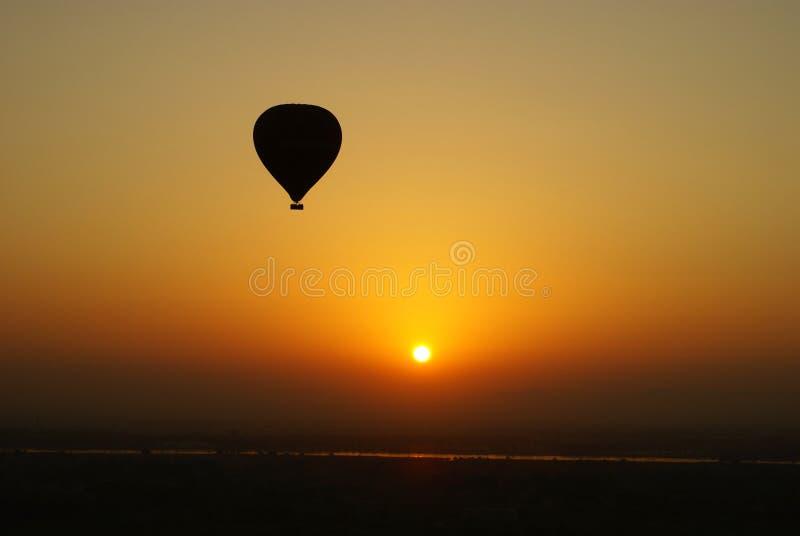 Hete luchtballon bij zonsondergang royalty-vrije stock fotografie