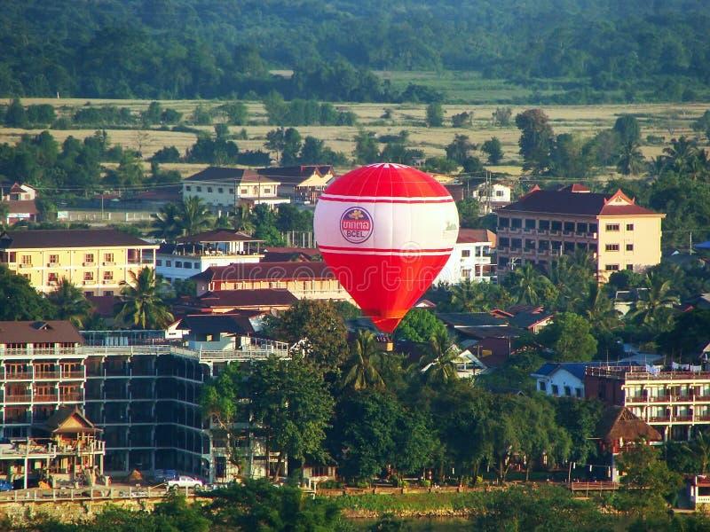 Hete luchtballon die boven de stad van Vang Vieng, Vientiane-Provincie vliegen royalty-vrije stock fotografie