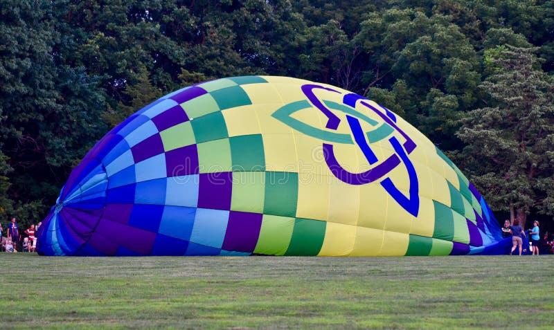 Hete Luchtballon die met Koude Lucht #1 worden opgeblazen stock fotografie