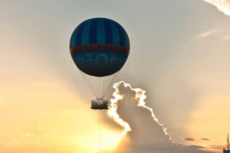 Hete luchtballon die op mooie zonsondergang bij het Uitzichtgebied van Meerbuena vliegen royalty-vrije stock afbeeldingen