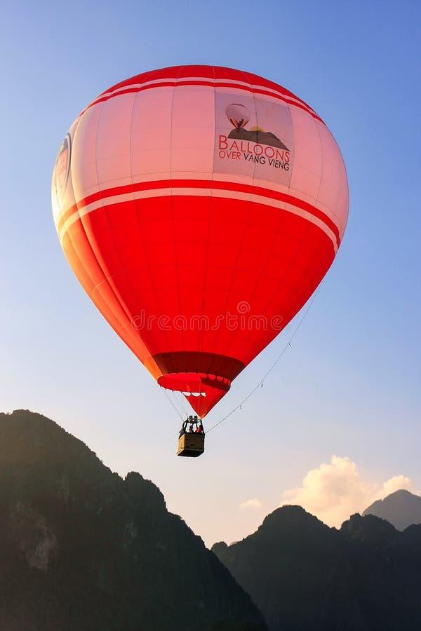 Hete luchtballon die in Vang Vieng, Vientiane-Provincie, Laos vliegen stock fotografie