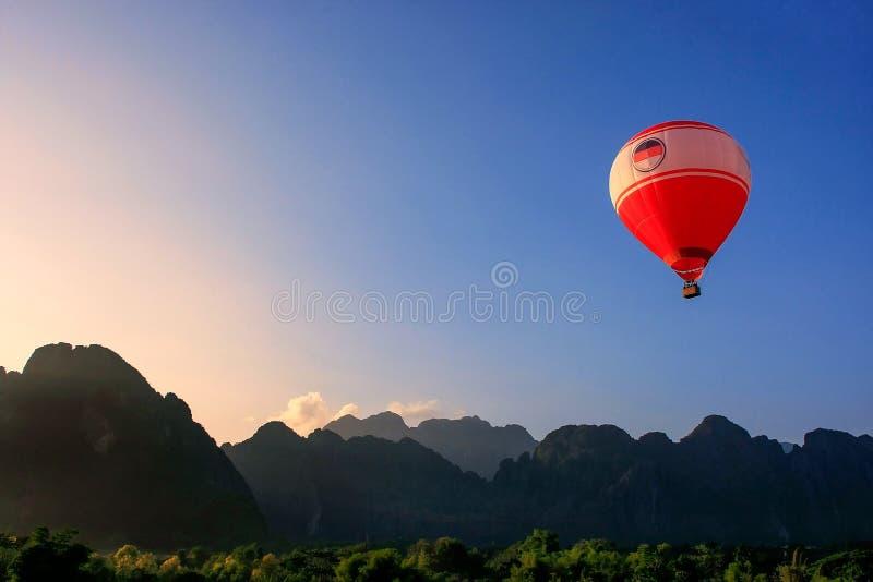 Hete luchtballon die in Vang Vieng, Vientiane-Provincie, Laos vliegen stock afbeeldingen