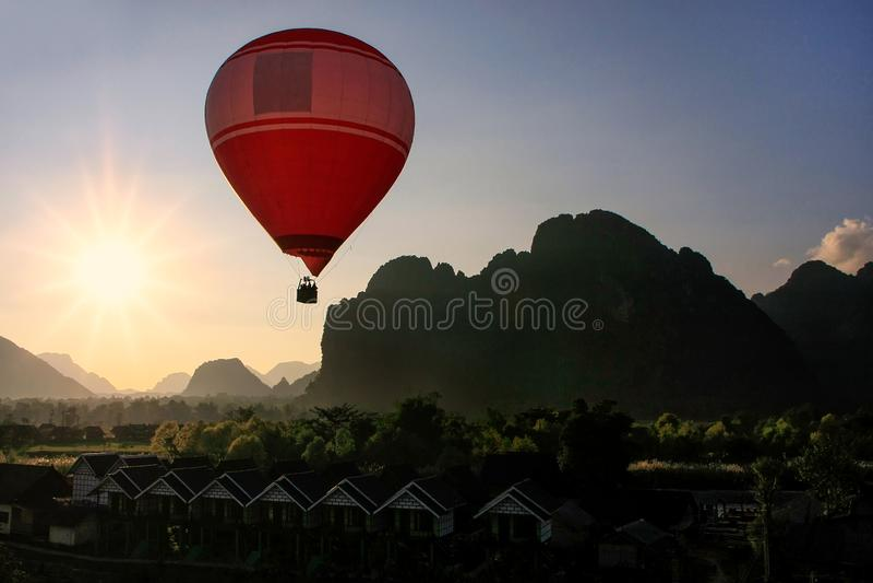 Hete luchtballon die in Vang Vieng, Vientiane-Provincie, Laos vliegen royalty-vrije stock foto's