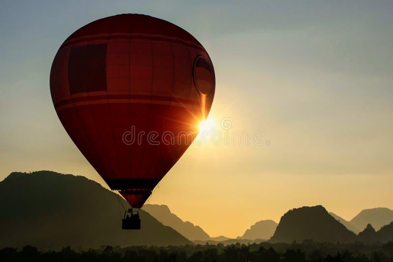 Hete luchtballon die in Vang Vieng, Vientiane-Provincie, Laos vliegen royalty-vrije stock afbeelding