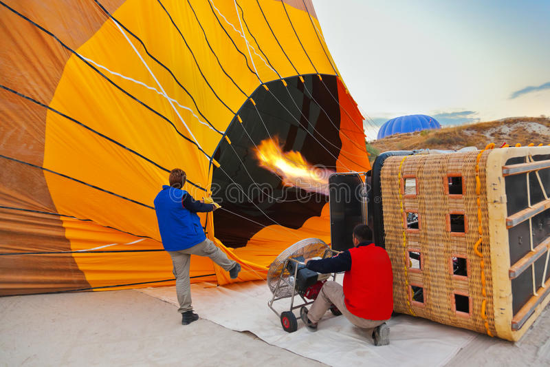 Hete luchtballon en loodsen in Cappadocia Turkije stock foto's
