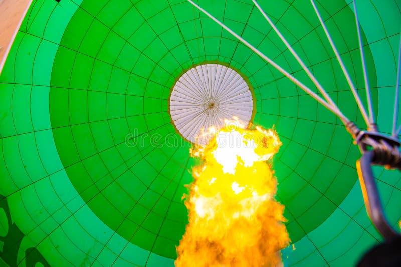 Hete luchtballon, mening binnen met brand royalty-vrije stock foto's