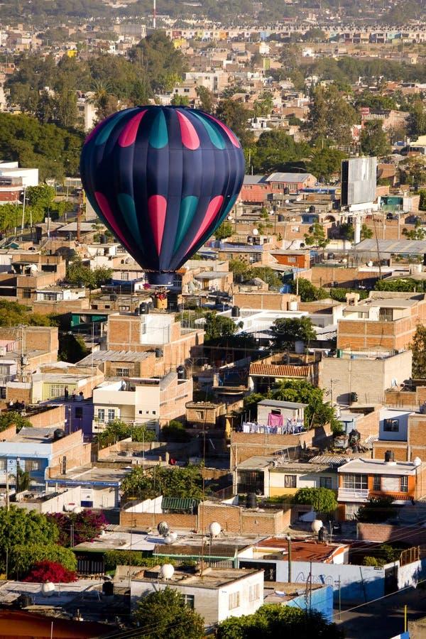 Hete luchtballon over Leon Mexico royalty-vrije stock foto's