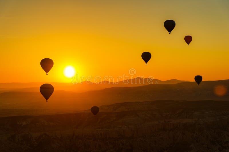 Hete luchtballons bij zonsopgang in Cappadocia Turkije royalty-vrije stock afbeeldingen
