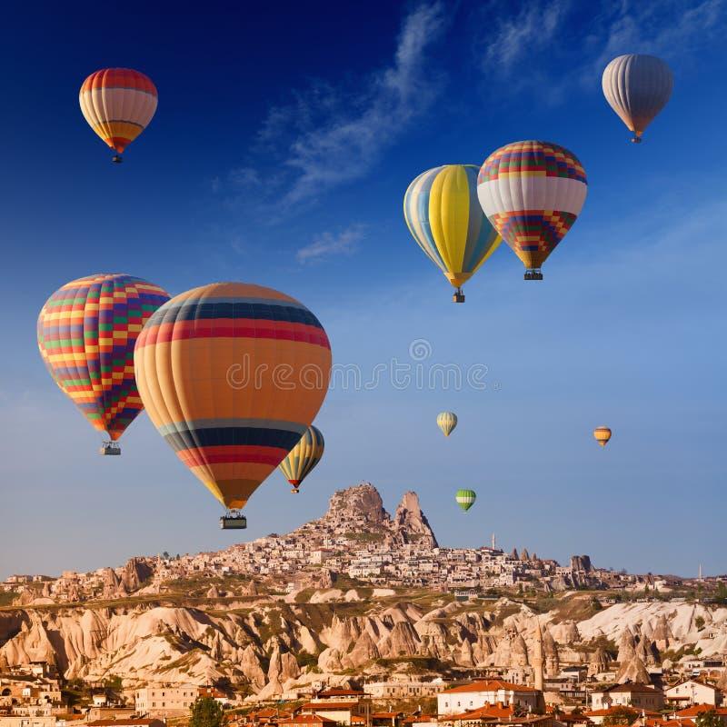 Hete luchtballons dichtbij Uchisar-kasteel royalty-vrije stock afbeelding