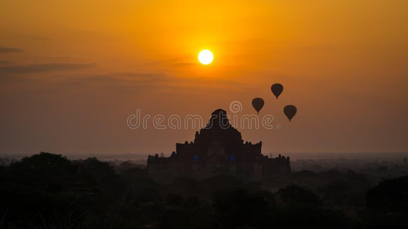 Hete luchtballons die in Bagan boven oude pagode in Myanmar vliegen stock afbeelding